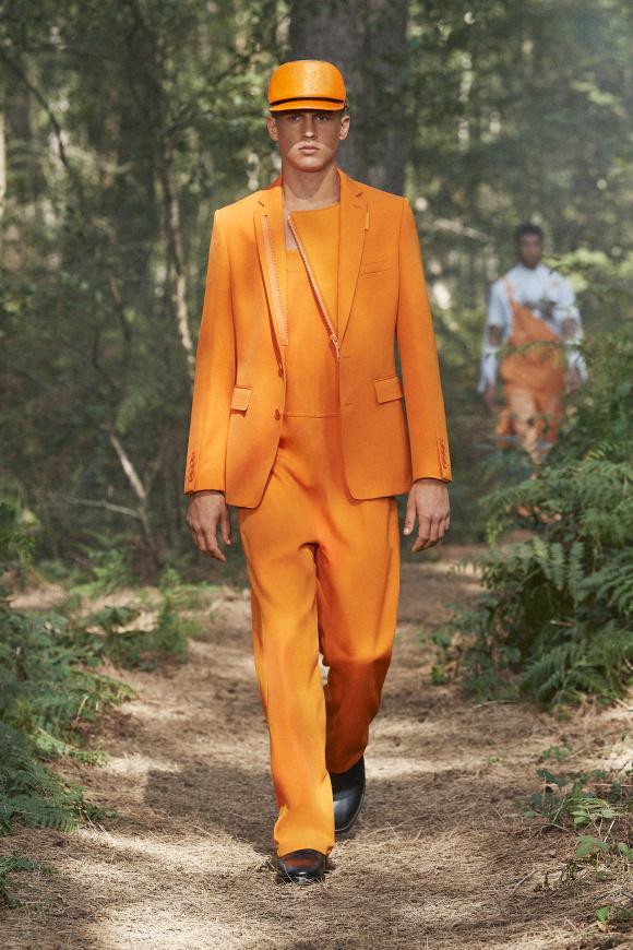 鮮やかなオレンジも、 今季のキーカラーの1つ。