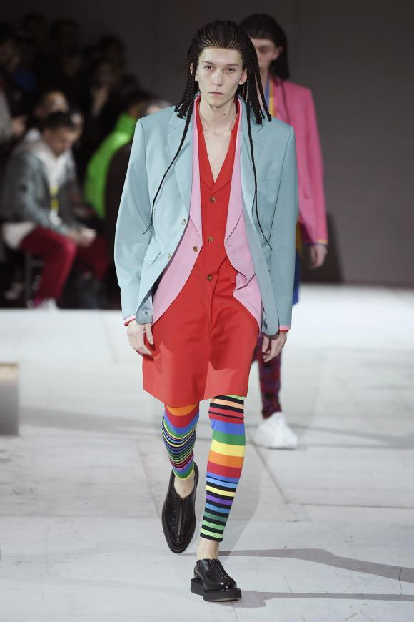 ミント色のジャケットには、 肘と背中に穴開きが。
