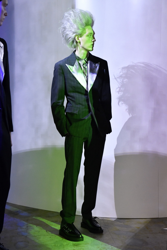 クラシックなスーツも、 メタリック素材の襟に。