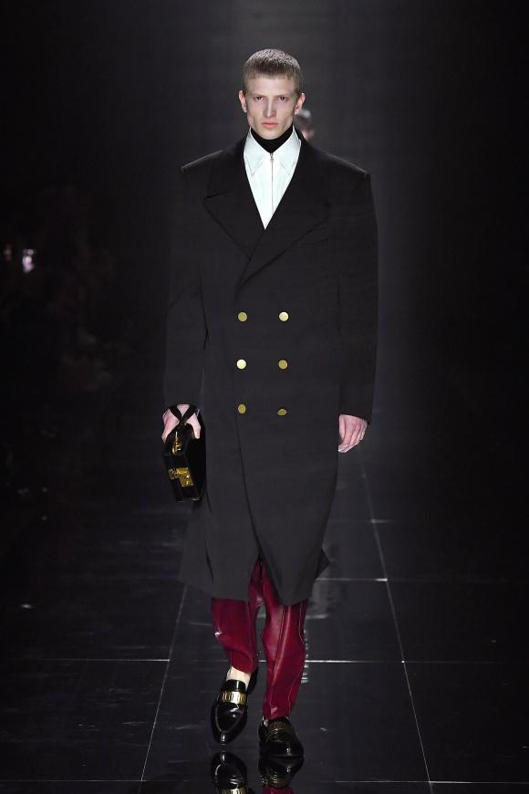 金ボタンのコートで、 ノーブルな装いを。