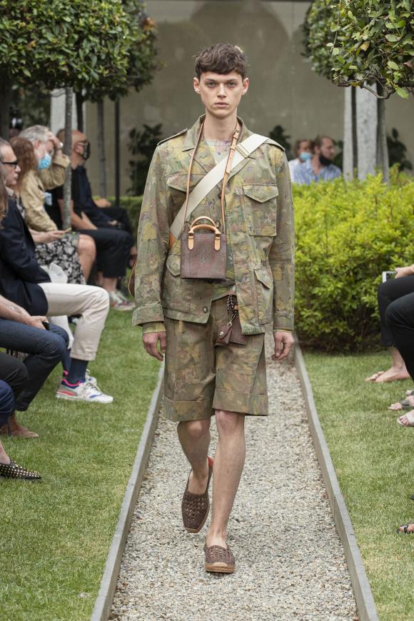 ミニサイズバッグを 男性も使う時代に。