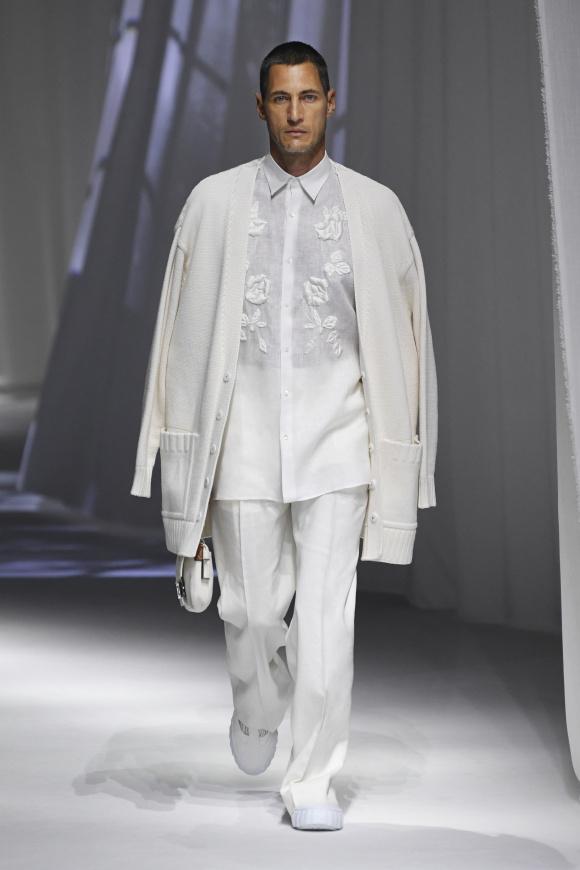 白のワントーンで、 ゆったりと着こなす。