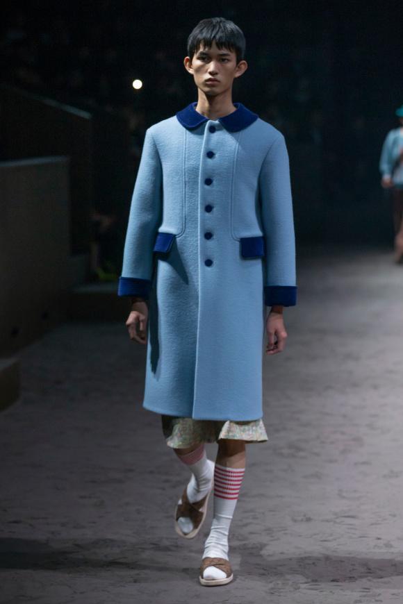 フェミニンなコートを、 大人の男性が着る。