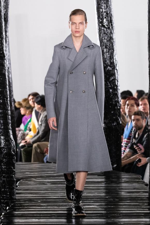 肩幅が狭くハイウエストの 女性的なAラインコート