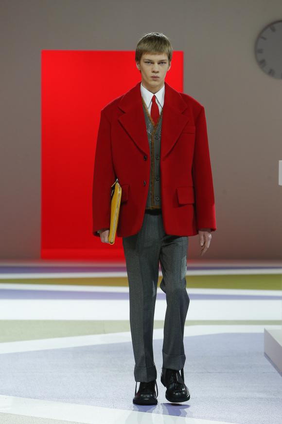 赤のジャケットは、 誇張されたビッグサイズ
