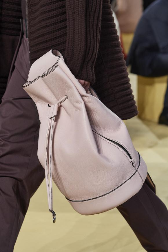 女性的なピンクで、 男性的なバッグを創造。