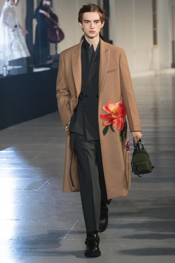 上品なロングコートが、 花の図案でよりノーブルに。