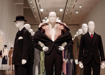 """""""着る""""行為の根源を社会学的に考える、「ドレス・コード?──着る人たちのゲーム」展。"""