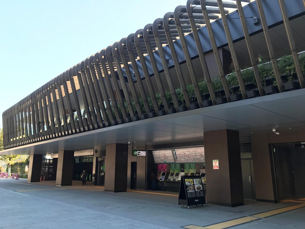 高架・地上・地下の三層構造をもつ、JR上野駅の駅舎。
