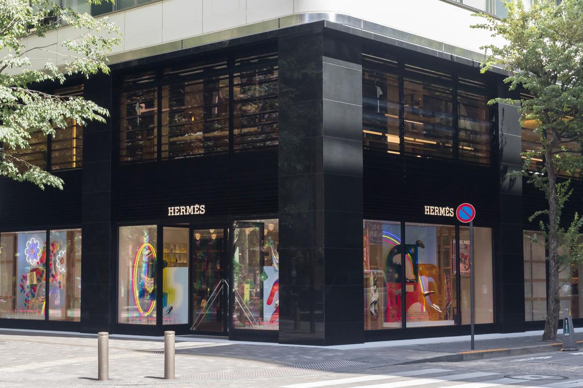 日本の伝統を取り入れたデザインと、ゆったりとくつろげる居心地のよさ。新生エルメス 丸の内店の魅力をひも解く。
