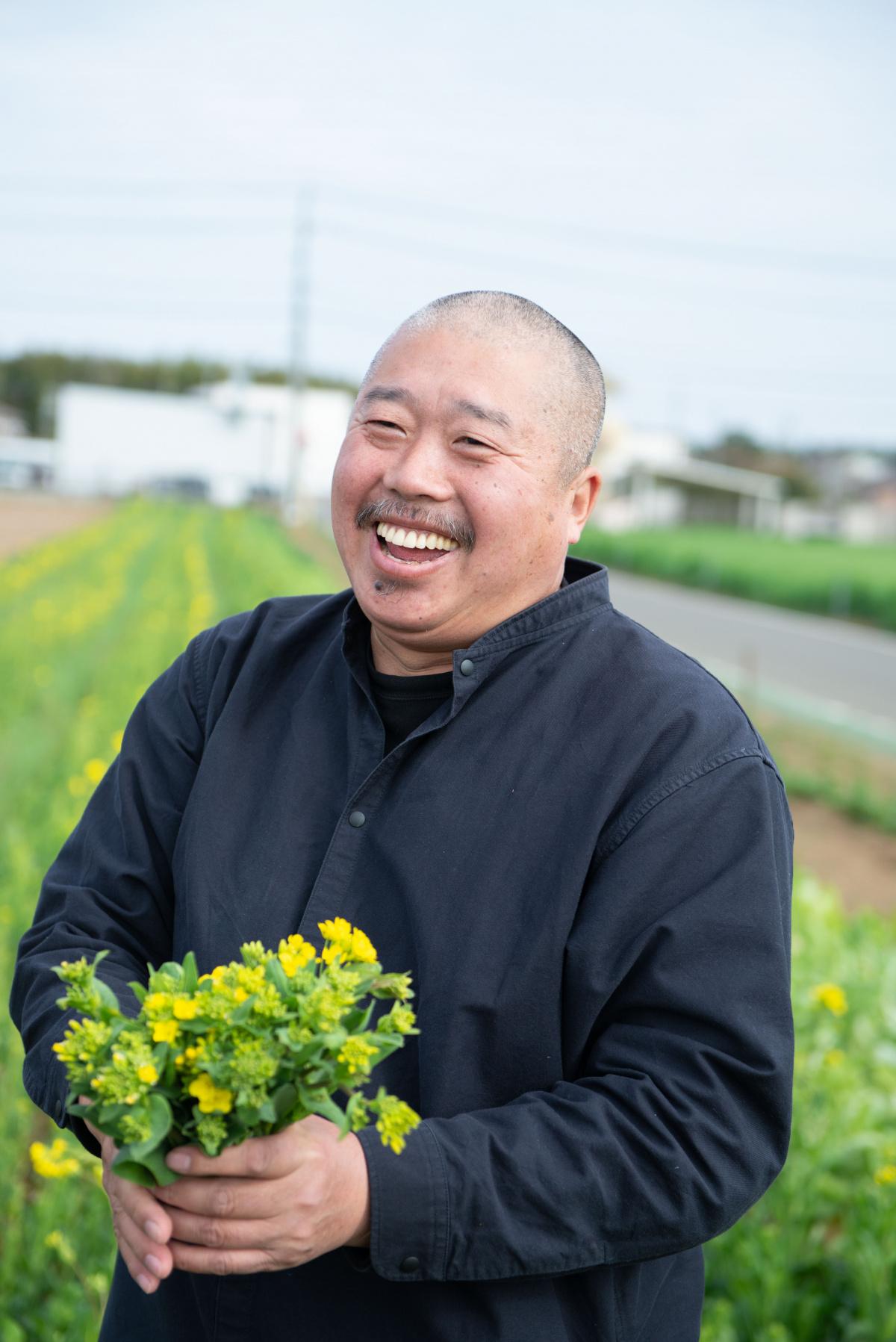 梁さんの自家農園で、穫り立て野菜の滋味に顔がほころぶ。