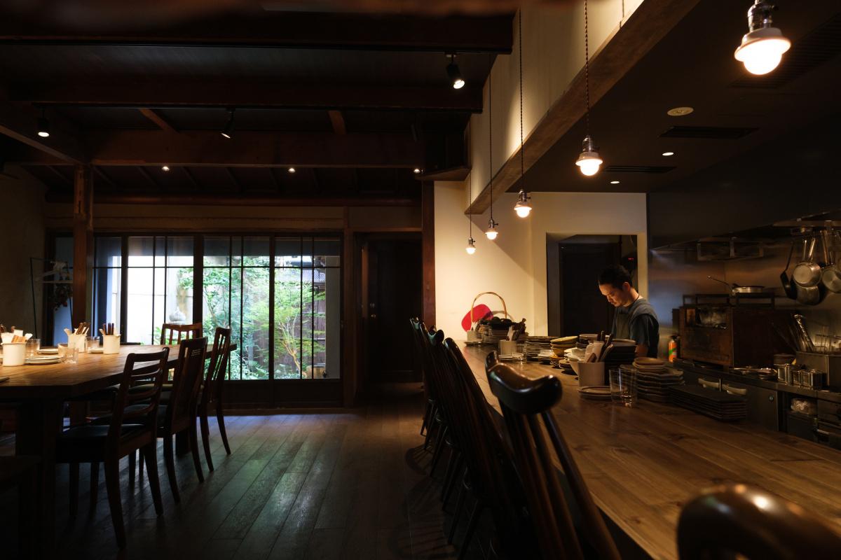 【三本木商店】モダンな町家で炭火焼きと自然派ワインを堪能。
