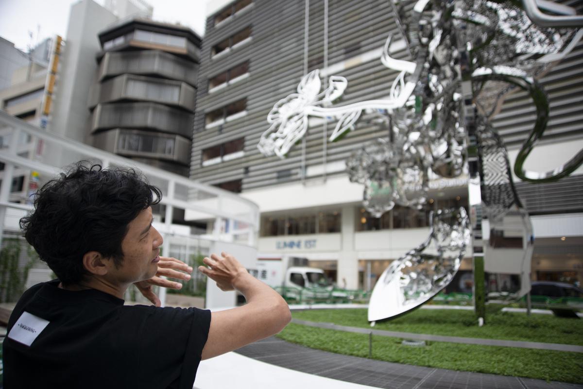 新宿駅の延長として機能する、東口駅前広場のパブリックアート。