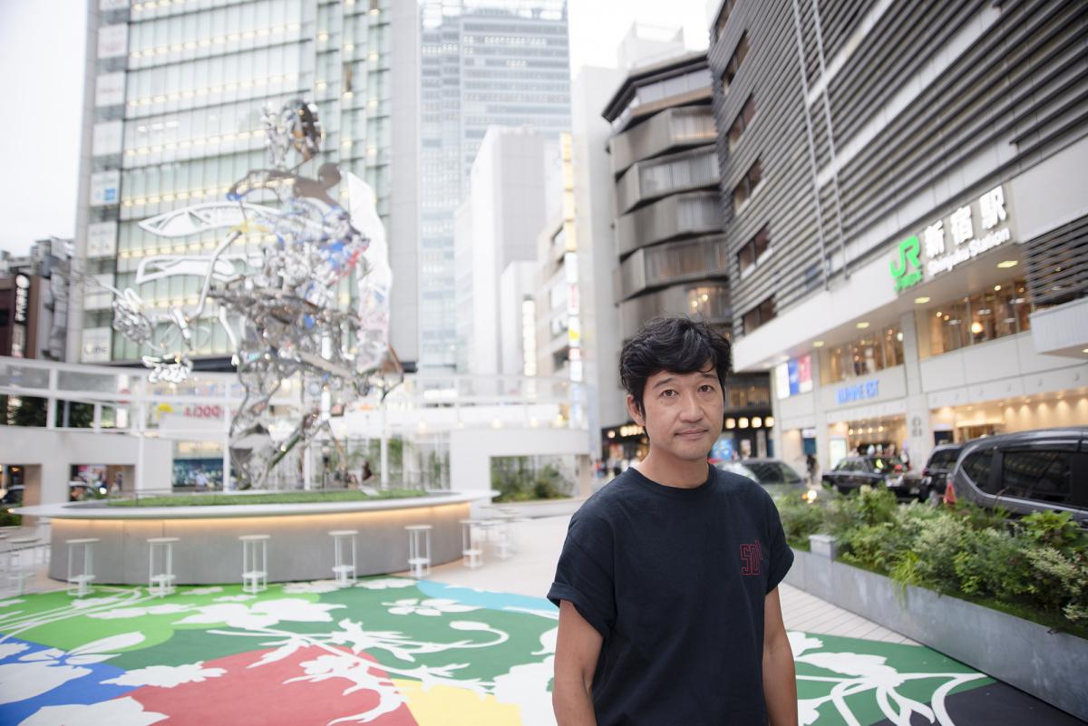 アーティスト・松山智一が、新宿駅前の人の流れを変える。