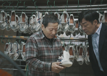 俳優・光石研が触れた、「オニツカタイガー」の製品加工を手がける革職人の心とは?