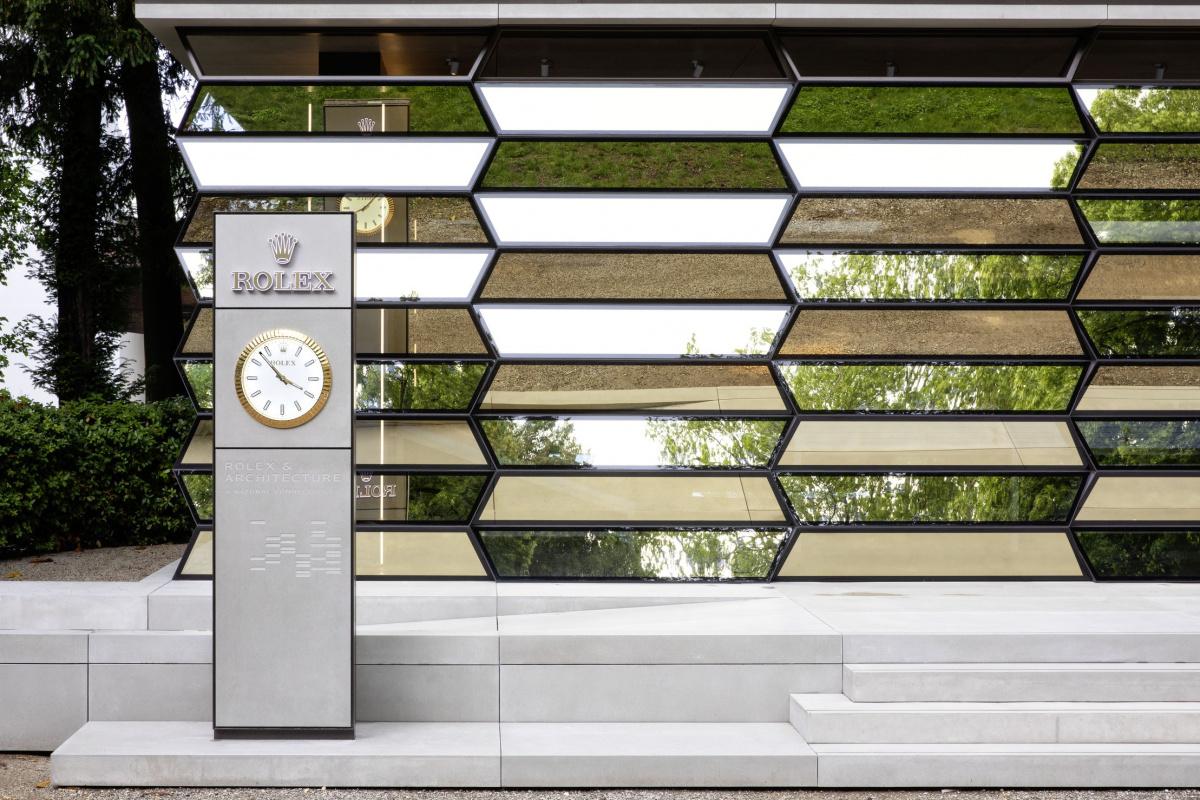 デザインと機能美を兼ね備える、ロレックスの時計づくりと建築との深い関係。