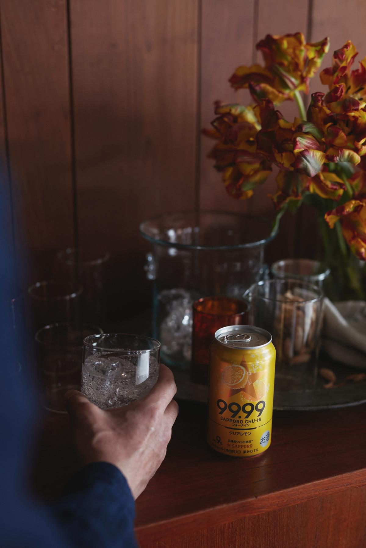 ラウンダバウト店主の小林和人が飲む、大人のための上質なチューハイ「サッポロチューハイ99.99(フォーナイン)」。