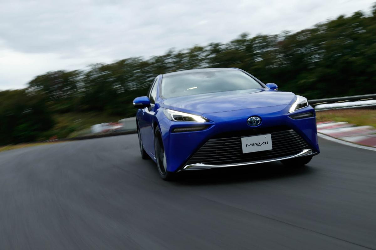 """水素で走る""""未来のクルマ""""を試乗レポート! 新型トヨタMIRAI のスゴさをひも解く。"""