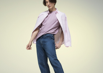上質さへアクティブに踏み出す、 ユニクロの軽快なジーンズ