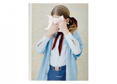 なぜ人々は無表情なのか? 東欧の気鋭写真家、マーリア・シュヴァルボヴァーの2作目写真集。