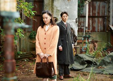 ベネツィア銀獅子賞受賞作『スパイの妻』で、黒沢清が描き出す夫婦の運命。