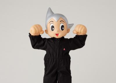 アンブッシュ®から鉄腕アトムのコラボフィギュアが登場。クリエイティブディレクター・YOONが国民的ヒーローに着せた服とは?