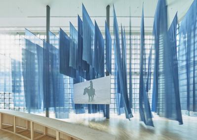 銀座メゾンエルメス「シャルロット・デュマ」展で紡がれる、馬と人間を巡る静かな時間。