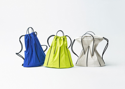 """「グッド グッズ イッセイ ミヤケ」から、建築やテントから着想した""""自立する""""バッグが登場。"""