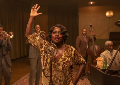 映画『マ・レイニーのブラックボトム』は、ブルースの母の胆力と黒人ミュージシャンの心意気を衣装でも表現した傑作