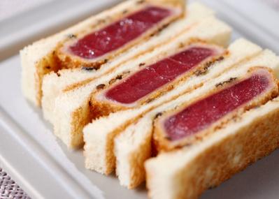 老舗仲卸「鈴富」が手がける天然マグロのかつサンドは、絶対食べたい逸品。
