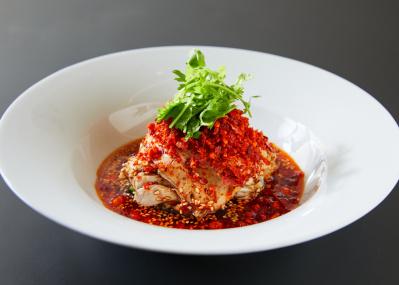 """代々木上原の中華「REI」で味わいたい、香味と旨味したたる""""真紅""""のよだれ鶏。"""