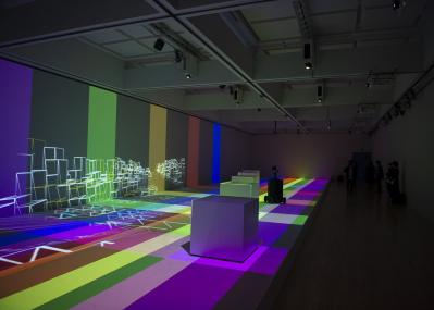 話題沸騰の展覧会『ライゾマティクス_マルティプレックス』で、リサーチと開発、アートとエンタテインメントの横断を体感する。