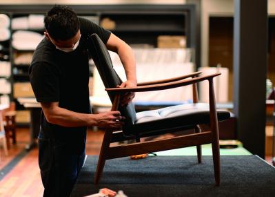 椅子に魂が吹き込まれるさまを体感できる、リッツウェルの「椅子張り」実演イベント