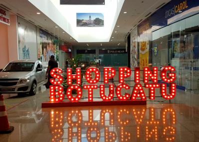 クルマのまま入店OK! ショッピングセンターが大胆にもドライブスルーを導入。【コロナと闘う世界の都市から】