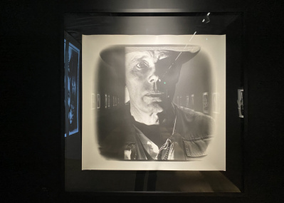 ヨーゼフ・ボイスから森山未來まで。アーティストの心を浮き彫りにする写真展『田原桂一 表現者たち-白の美術館-』へ