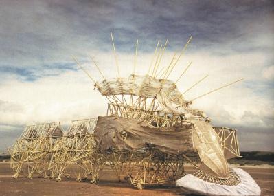 巨大アート「ストランドビースト」に命が宿る。『テオ・ヤンセン展』が山梨でスタート