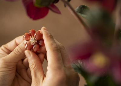 ヴァン クリーフ&アーペルが代官山で期間限定エキシビジョンを開催! 華道家・片桐功敦が創出する、生命感あふれる花々の世界。