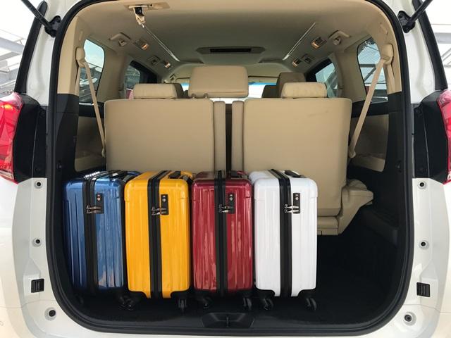 ▲アルファードの荷室空間はキャリーバッグ(機内持ち込みサイズ)×4個でもこのスペース!