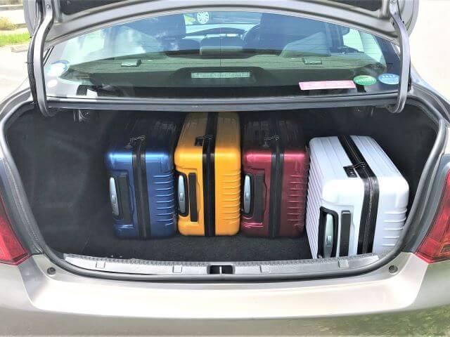 ▲カローラアクシオのトランクルームはキャリーバッグ(機内持ち込みサイズ)×4個が目安スペース!