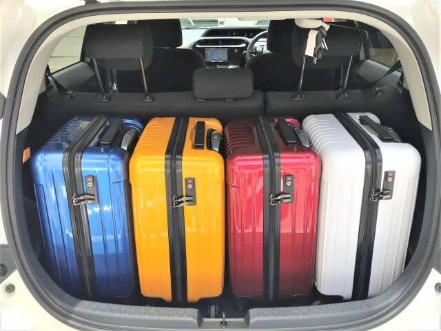 ▲アクアの荷室空間はキャリーバッグ(機内持ち込みサイズ)×4個が目安スペース!
