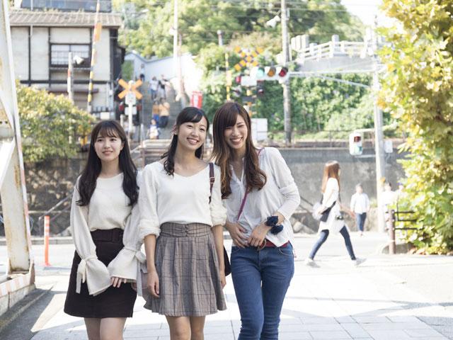 山陽新幹線の19ある停車駅のうち、新大阪駅から数えて9番目、岡山駅と広島駅の両方向からともに3駅目にあたるのが新尾道駅です。山陽新幹線の新大阪駅から博多駅までは1975年に16駅として全線開通しましたが、新尾道駅は1988年に途中駅として追加されました。在来線との接続はなく新幹線単独の駅で、地元の請願により設けられた駅であるため、駅間が短いことが特徴です。岡山方面の次の駅である福山駅まで17km、広島方面の次の三原駅まで11kmとなっています。停車する車両は各駅停車のこだまが中心です。 尾道は岡山と広島のおおよその中間地点にあり、高度成長期に工業化で福山市が発展する以前は、古くから海運による物流の拠点として栄えてきました。坂の町として有名で古寺巡りが観光の定番となっている他、文学作品や映画、テレビドラマなど尾道を舞台とする作品が数多いことでも知られています。 新尾道駅は、2015年に全線開通した「瀬戸内しまなみ海道」の起点となる西瀬戸尾道インターに最も近い新幹線の駅です。瀬戸内海に浮かぶ島々を7つの橋を経由して四国の今治まで続くしまなみ海道は、海と島々が織り成す美しい景色を橋の上から楽しめる格好のドライブコース。7つの橋は構造の異なった橋がそれぞれに架けられており橋の美術館とも言われます。また、自動車専用道路とともに歩行者用道路と自転車用道路が設けられており、途中の島で車を降りて潮風に吹かれながら、橋の上からゆっくりと瀬戸内海の景色を眺めるのも感動的です。