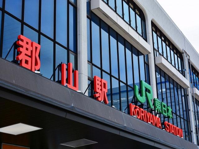 東京駅から新幹線で約80分。JR郡山駅は、福島県の中央に位置する郡山市の主要駅です。東北新幹線と山形新幹線が停車し、在来線は東北本線・磐越西線・磐越東線が乗り入れています。札幌や大阪と空の便で結ばれた福島空港から約45分で到着する、全国各地と福島県を結ぶアクセス拠点。 郡山市内を通る東北自動車道や磐越自動車道を利用すれば、県内の観光地にも好アクセス!猪苗代・会津若松・磐梯高原まで約1時間です。駅北西の郡山ICから東北自動車道に乗り、郡山JCTで磐越自動車道へと乗り継ぎます。 猪苗代湖と磐梯山を望める絶景スポット・布引高原は、会津若松方面へ向かって車でおよそ80分です。風車がならぶ高原には、5月中旬から下旬に菜の花が、8月中旬から9月中旬にひまわりやコスモスが咲き乱れます。12月から翌4月下旬は、積雪のため閉鎖されますのでご注意ください。太平洋側に向かえば、三春竜桜やあぶくま洞にもアクセスできます。 県内屈指の桜の名所・開成山公園は、駅から約15分です。4月中旬には1300本の桜が、5月中旬にはチューリップが、6月と10月上旬には約440種800本のバラが見ごろを迎えます。公園西側に隣接する開成山大神宮は、「東北のお伊勢さま」として親しまれている由緒ある神社です。4月の開花時期に合わせて開催される桜まつりでは、参道に露店も並び多くの参拝客でにぎわっています。