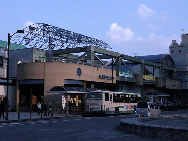 福岡県久留米市にあるJR久留米駅は、九州新幹線と、在来線の鹿児島本線・久大本線が乗り入れ、1日約1万3千人が利用するターミナル駅です。 改札口を降りてすぐ東側、駅に直結した「えきマチ1丁目久留米」は、久留米のお土産や久留米ラーメンなど地元グルメが楽しめるスポット。久留米は昔からゴムの生産が盛んなことでも知られ、駅北側には靴工場やタイヤ工場の集まる工場地帯が広がっています。東口の周辺は久留米ラーメンや巨大タイヤなど、久留米をイメージしたモニュメントが設置されており、ちょっとしたフォトスポットとしても人気です。東口出口前にある、久留米市の生んだ江戸の天才技師「からくり儀右衛門(ぎえもん)」こと田中久重にちなんで制作されたからくり太鼓時計は、定時になると様々な仕掛けで訪れる人を楽しませてくれます。 久留米の繁華街がある西鉄久留米駅までは、駅から車で約10分。ドライブにおススメの「耳納スカイライン」のある耳納(みのう)連山西端の高良山は、約30分で到着します。国の重要文化財である高良大社や、筑紫平野が一望できる展望台を備えた久留米森林つつじ公園で休憩を挟みながら、高取山から高良山まで約16km、まるで背中を走るように尾根をつなぐ爽快なドライブをお楽しみください。