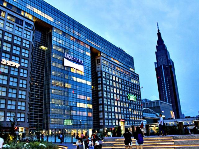 JR新宿駅は、1日の平均乗降者数が350万人を超える日本一のターミナル駅です。JR山手線や中央本線をはじめ、京王電鉄、小田急電鉄、東京メトロ、都営地下鉄と私鉄各線が乗り入れています。新宿駅の出口は、中央東口や東口、東南口など、九つ以上の改札口に分かれているので、はじめて訪れるなら迷わないよう注意が必要です。  新宿駅の東口や中央東口がある方面は、駅前の新宿アルタから都道430号線沿いに伊勢丹やマルイのある新宿3丁目、歌舞伎町にもアクセスできるにぎやかなエリア。西武新宿駅に向かう場合も、東口側の出口を利用しましょう。反対側の西口と中央西口方面は、小田急や京王の百貨店や、東京都庁を中心とした超高層ビルが建ち並ぶエリアです。甲州街道の大通りへ抜ける南口方面は、ルミネや新宿ミロード、タカシマヤタイムズスクエアなど、お洒落なファッションビルが集まります。  日本さくらの名所100選にも選ばれている新宿御苑は、駅の甲州街道改札を出て甲州街道を直進、およそ0.7kmです。南口から甲州街道を左に向けて坂を下れば、同じく新宿御苑メインゲートの新宿門に到着します。  駅周辺には神奈川や山梨までのびる国道20号線や都内を走る明治通りなどの幹線道路が走っています。最寄りICは、駅の南西側にはある首都高速の新宿ICです。毎週日曜と祝日は、駅の東口側が歩行者天国となります。車での移動が制限されるので、レンタカーを借りるまえに道路状況を確認しておきましょう。