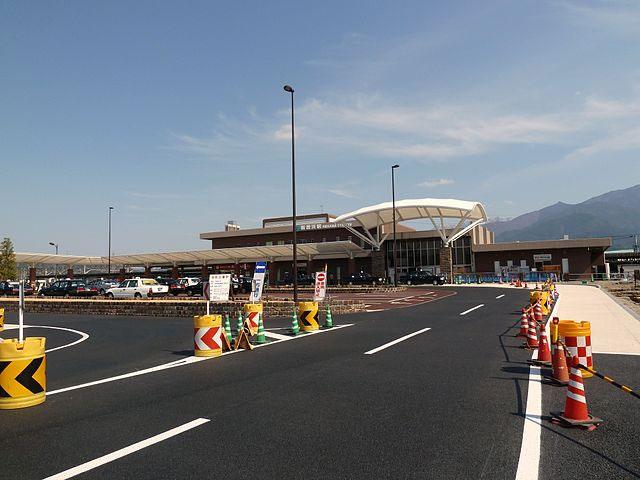 新居浜駅は、愛媛県四国中央市と西条市に挟まれるように位置する新居浜市に乗り入れている予讃線の駅です。特急列車の発着がある他、ミッドナイトEXP松山とモーニングEXP松山が入庫する駅でもあります。また、貨物列車の施設もあり、多くのコンテナが毎日取り扱われています。電車の接近メロディーは四国三大祭りのひとつ、新居浜太鼓祭りで用いられている民謡「ちょおうさじゃ」が使用されています。 新居浜駅では、大阪・兵庫と行き来できるオレンジフェリー乗り場や映画、食事、ショッピングなどが楽しめる大型ショッピングセンター「イオンモール新居浜」へ向かうバスも発着しています。 ちょっとした空き時間があれば、駅から徒歩圏内にある「あかがねミュージアム」を訪れてみるのもおすすめ。新居浜市の文化を紹介するギャラリーや太鼓台ミュージアム、迫力ある映像で太鼓祭りの凜所言う間を味わえるシアターなどがあります。カフェで一息つくのも良いでしょう。 ドライブがてら観光スポット巡りを、という場合は「マイントピア別子」がおすすめです。新居浜駅からは車で18分ほどの場所にあり、江戸時代の銅山の様子に触れたり、砂金採り、温泉や岩盤浴など、子どもから大人までが楽しめる施設になっています。 松山空港から新居浜駅へ向かうには車なら松山自動車道を利用し、いよ西条ICを経由、1時間ほどで到着できるでしょう。電車の場合は、空港からリムジンバスで松山駅へ向かい、予讃線に乗り、新居浜駅で下車します。