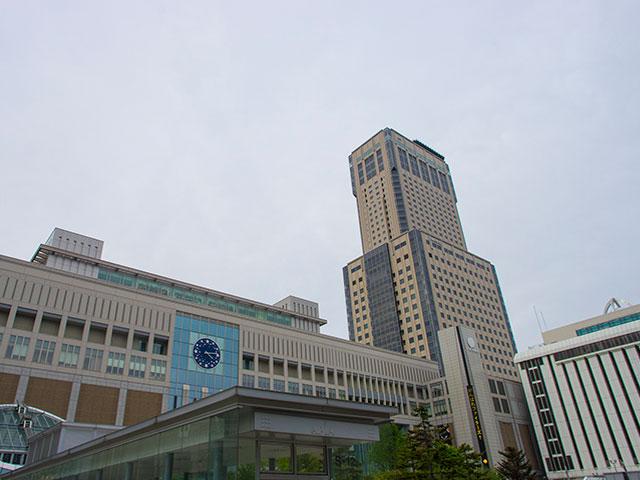 「札幌駅」は札幌市の中心に位置し、北海道での行動の拠点でもあります。「サツエキ」の愛称で地元民からも愛される札幌駅は、駅周辺の再開発事業でによって駅ビル「JRタワー」が完成し大きく変わりました。交通の拠点だけでなくグルメやショッピングを楽しむこともできるので、レンタカーを借りている観光客にもオススメです! JRタワーには「アピア」「札幌ステラプレイス」「エスタ」「パセオ」の4つのショッピングセンターと、百貨店「大丸札幌店」があります。また、札幌駅のすぐそばには「さっぽろ東急百貨店」や「JR 55 SAPPORO」、「サツエキBridge」などの商業施設が立ち並びます。駅舎内にも多くの飲食店やお店があり、一日中札幌駅付近で過ごしても時間が足りないほど…。 さらに、札幌駅やJRタワーの中には北海道にゆかりがあるアーティストや、公募による入賞作品など50以上の芸術作品が点在しています。グルメやショッピングを楽しみながら、ただ施設内を歩くだけでも楽しむことができます。 さらに、JRタワーの38階には「T38 タワー・スリー・エイト」という展望室があり、地上160mの高さから360度パノラマで札幌の風景を楽しむことができます。大都市でありながら周囲には豊かな自然が広がる札幌市、その景色を見渡すと広大な北海道の空気を感じることができます。