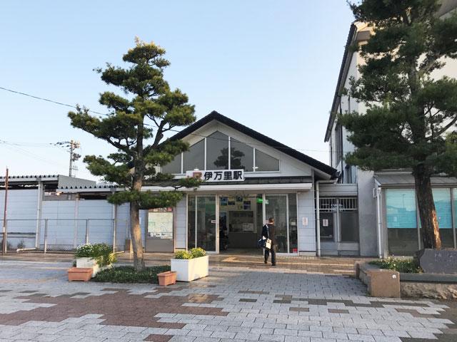 """JR伊万里駅は、陶磁器のふるさととして知られる伊万里市や有田町へのアクセス拠点。福岡と佐賀を結ぶJR筑肥線が乗り入れ、長崎は平戸、佐世保へと延びる松原鉄道・西九州線とペデストリアンデッキで接続しています。2つに分かれた駅ビル内には、お洒落なカフェや、お土産を購入できる伊万里市観光協会、伊万里焼ギャラリーが併設されています。  """"伊万里焼""""とは、江戸時代当時の佐賀から長崎をまたぐ肥前国で作られ、伊万里港を介して出荷された陶磁器の総称です。有名な有田町の「有田焼」はもちろん、有田町に隣接する長崎県波佐見町の波佐見焼や、佐世保市の三川内焼なども含まれます。  駅から車で約10分、伊万里市と有田町の山間に広がる大川内山(おおかわちやま)は、佐賀藩お抱えの陶工たちが集められていた秘窯の里。現在でも約30軒の窯元が軒を連ね、器巡りはもちろん、ろくろ体験や歴史探訪も楽しめます。例年6月から8月開催される風鈴まつりでは、各窯元の軒先を彩る1,000以上の風鈴を一目見ようと、県内外からたくさんの人が訪れます。また、春・秋に開催される陶器市も人気です。  伊万里市から黒髪山を挟んで南側には、有田焼の有田町、さらに先には波佐見焼の波佐見町と日本磁器のふるさとを代表するスポットが続いています。少し足を伸ばせば、日本初の国際貿易港として開港し、キリシタン信仰の地としても栄えた長崎県平戸市や、日本最大級のテーマパーク・ハウステンボスがある佐世保市へのドライブも楽しめます。"""