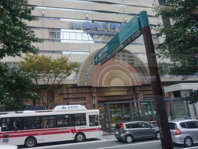 ファッションビルや百貨店などの商業施設が集まる九州最大のショッピングエリア・天神地区のほぼ中心に地下鉄・天神駅はあります。西日本鉄道の西鉄福岡(天神)駅、地下鉄・七隈線の天神南駅とも歩いての乗り換えが可能で、博多駅へ6分、福岡空港へは20分でアクセスできる利便性の高い駅です。 駅の目の前にあるのが、天神の街を南北にのびるメインストリート・渡辺通りです。百貨店の大丸や三越、ファッションビルの福岡パルコ、天神コア、ソラリアステージなどのお買い物スポットが並ぶほか、夕方からは歩道に屋台が設置され、博多ラーメンやおでんなども楽しめますよ。渡辺通りの地下には、19世紀のヨーロッパをイメージして造られた地下街・天神地下街もあります。カフェやアパレル店などが並ぶほか、各商業施設にも繋がっているので、雨の日の移動にとても便利ですよ。駅から歩いて5分の場所にある天神中央公園は、春には桜、秋には紅葉の名所となる天神のオアシスです。公園隣にある複合施設・アクロス福岡の屋上庭園「ステップガーデン」は、緑豊かな庭園で土日祝のみ開放される展望広場からは、天神や博多の街並み、博多湾を一望できますよ。 駅から車で5分の場所には、福岡高速環状線の天神北ICもあるので、遠方へのアクセスに便利です。GWには例年200万人以上が訪れる「博多どんたく」、7月には「博多祇園山笠」が駅周辺で開催されます。当日は交通規制も行われるので、お出かけ前には周辺のイベントスケジュールを確認しておきましょう。
