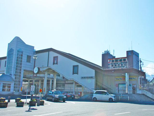 JR御殿場駅は、静岡県東部地方にある御殿場市の中心駅です。在来線の御殿場線が乗り入れています。新宿駅と御殿場駅を約1時間30分で結ぶ特急ロマンスカー「あさぎり」は、2018年3月から特急「ふじさん」と改称されました。 御殿場駅は富士山や箱根山のアクセス拠点でもあり、駅の出口も「富士山口」と「箱根乙女口」と名付けられています。富士山の御殿場ルートで中腹からの登山口となる御殿場口新五合目は、駅から車で約25分。箱根・駒ケ岳ロープウェイ駅のある箱根園は約45分で到着します。 駅西口にあたる富士山口を出てすぐ正面の横断歩道を渡った建物に、御殿場市観光協会の案内所があります。観光スポットのガイドが受けられるほか、御殿場や箱根、三島周辺の観光マップやイベント案内のパンフレットも充実しています。駅前周辺の商店街には、御殿場地方の伝統的な家庭料理、みくりやそばが食べられるお店もいっぱいです。 国内最大規模のアウトレットモール・御殿場プレミアムアウトレットは、箱根乙女口からおよそ20分、東名高速道路の御殿場ICから車で約5分です。週末や祝日は場内駐車場がたいへん混み合いますが、御殿場IC周辺の駐車場からシャトルバスが運行しているため上手に活用しましょう。 駅の周辺は、御殿場市の各ゴルフコースや神奈川の箱根町、山梨県の忍野村・山中湖村まで、観光エリアへのアクセスに便利な御殿場バイパス(国道138号線)をはじめ、箱根裏街道(県道401号線)や国道246号線と、幹線道路が充実しています。モータースポーツの聖地・富士スピードウェイは、国道246号線を経由して約20分です。