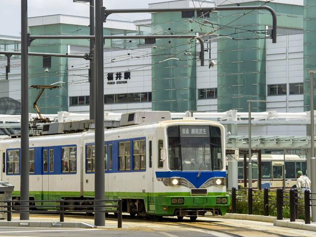 福井駅は、福井県の県庁所在地、福井市の代表駅です。JR北陸本線と、福井県のローカル線、えちぜん鉄道の勝山永平寺線が乗り入れています。大阪から特急サンダーバードで約1時間55分、名古屋から特急しらさぎで約2時間。2022年には、北陸新幹線福井駅の開業も予定されています。 福井県は、日本一の恐竜王国です。日本で発掘された恐竜の化石の約8割が、福井県で産出しています。2015年には、福井県で発掘された3体の恐竜を実物大で再現した動くモニュメントが、福井鉄道の福井駅停留場があるJR福井駅西口駅前の恐竜広場に設置されました。なかでも多くの化石が産出している勝山市は、国内の恐竜研究の中心地です。実物大の恐竜を屋外に展示する「かつやま恐竜の森」と、併設の福井県立恐竜博物館は、福井駅から車で約50分で到着します。 通称「駅表」と呼ばれる西口駅前は、福井市の中心市街地です。西武福井店や福井Loftをはじめ、県庁、市役所も西口方面にあります。2016年には、観光案内所や飲食店がテナント入りする地上21階建ての高層ビル・ハピリンも、西口バスターミナル前にオープンしました。ショッピングモールAOSSA(アオッサ)がある東口は、駅前を通る東大通り(県道228号)と、市道の木田橋通りを中心に、オフィス街や住宅街が続いています。 北陸自動車道の福井ICは、東口から国道158号経由で約10分。東尋坊やあわら温泉の最寄りICとなる金津ICは、福井ICから約15分です。三方五湖や小浜市方面に向かう敦賀ICは、福井ICから約35分で到着します。